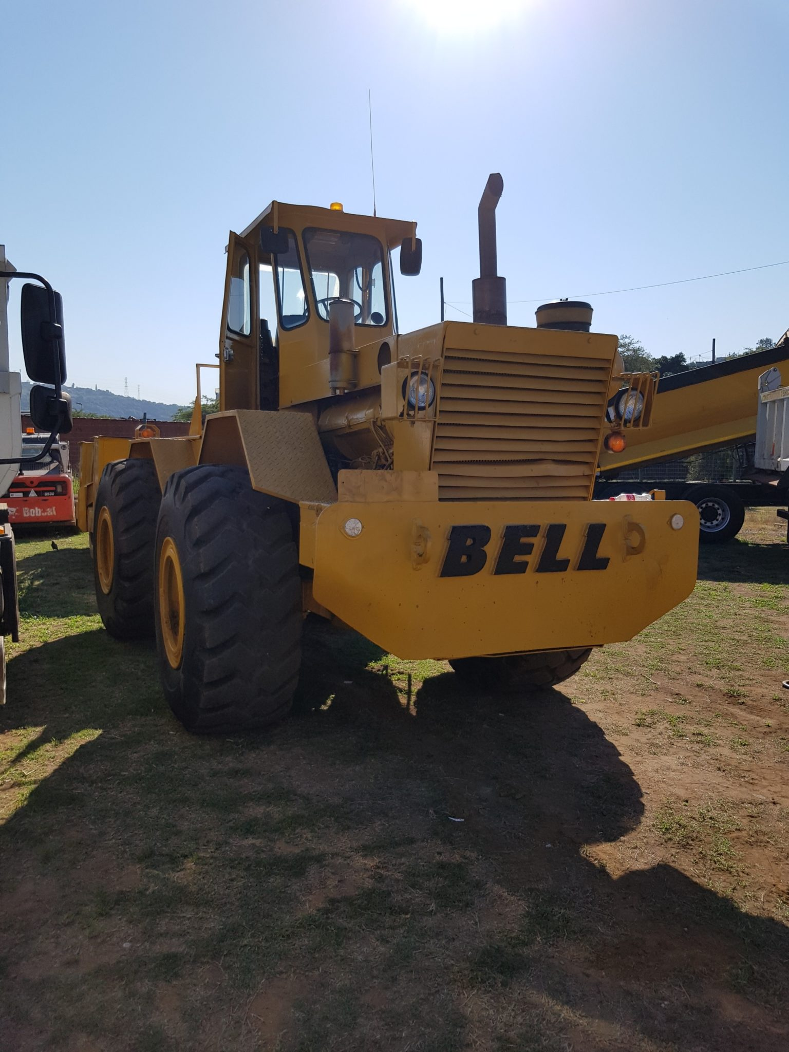 1999 BELL TOW TRACTOR WITH GRID ROLLER Image