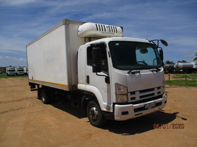 ISUZU FRR 550 REFRIGERATED TRUCK WITH MEAT RAILS Image