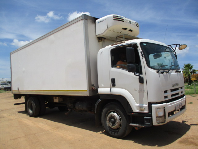 ISUZU FTR 850 REFRIGERATED TRUCK WITH MEAT RAILS Image