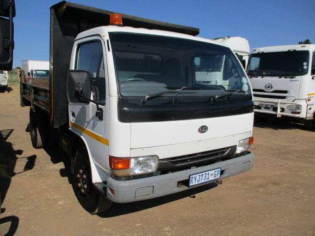 NISSAN UD40 3 CUBE TIPPER Image